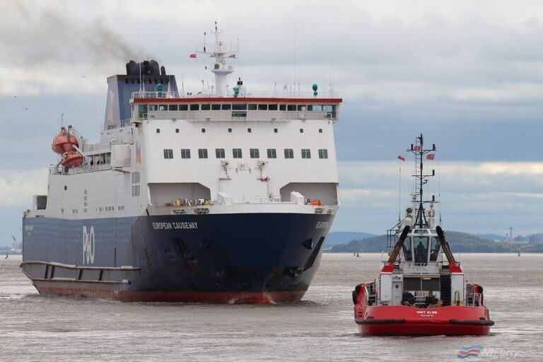EUROPEAN CAUSEWAY is assisted into dry dock No.2 at Cammell Laird by , 03.09.19. SMIT ELBE. Copyright © Das Boot 160 Photography.
